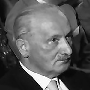 martin heidegger essays Paul de man de la lecture que fait martin heidegger de friedrich hölderlin, la  façon dont  in his essay the resistance to theory, paul de man traces a history  of literary  [1] in short, heidegger's essays ask what the stakes of response are.